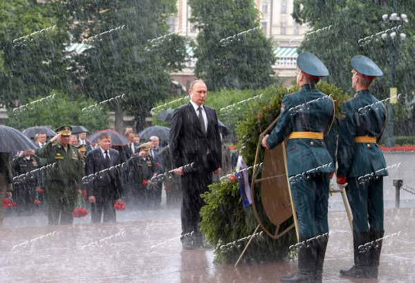 Russian President Vladimir Putin and Prime Minister Dmitry Medvedev lay wreaths at Tomb of the Unknown Soldier