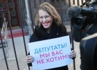 Presidential candidate Ksenia Sobchak holds single-person protest outside State Duma