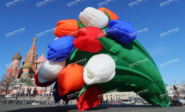 Air balloon shaped as bunch of tulips drifts over Moscow