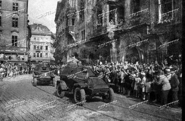 WWII PRAGUE PEOPLE WELCOME LIBERATORS