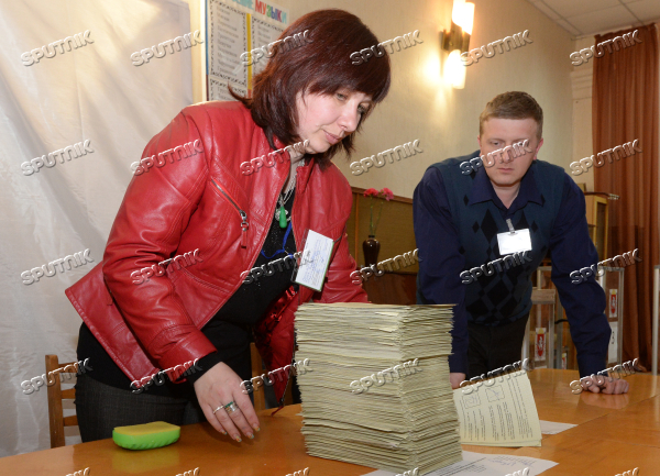 Counting ballots after referendum on Crimea's status