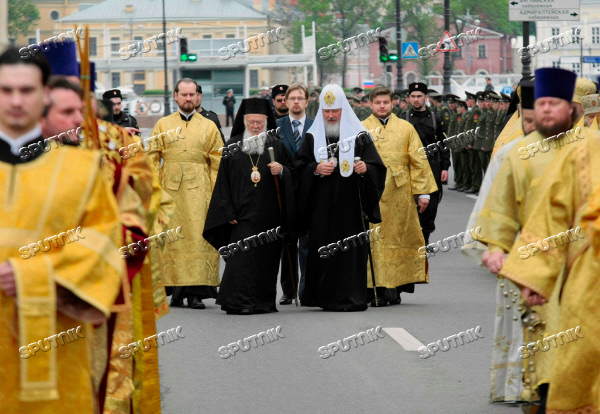 Patriarch Bartholomew and Patriarch Kirill attend procession